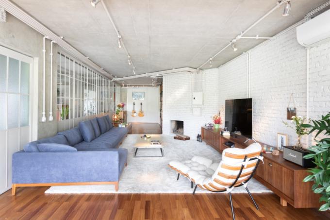 Betonové stropy zůstaly obnažené spřiznanou elektrickou instalací natřenou bílou barvou, aby lépe splývala spozadím, a zároveň odrážela světlo.