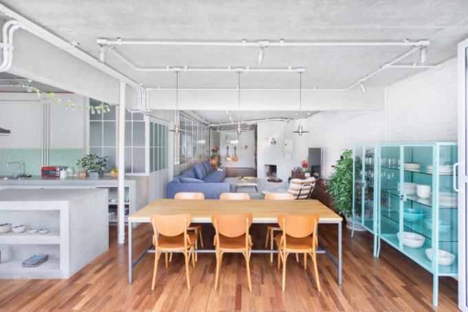 Vaření patří mezi oblíbenou činnost páru, proto architekti provedli zásadní změnu oproti původnímu uspořádání. Přesunuli kuchyň do popředí bytu a nechali ji otevřenou