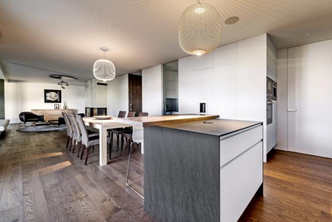 """Kuchyňské zázemí architekt rozdělil dotří zón tak, aby hlavní kuchyňská část, dispozičně propojená sjídelnou, působila čistě anerušila prožitky spojené se stolováním. Méně čisté kuchyňské procesy lze realizovat ivuzavíratelné """"zadní kuchyňce"""""""