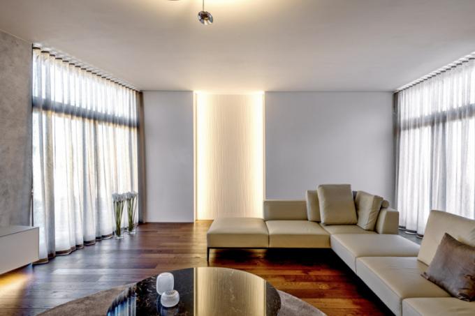 Dekorativní panel tvořící jednu zdominant obývací zóny je zmateriálu K-Life, jde oumělý kámen, který nabízí mimo jiné výhody jako třeba ohebnost, opravitelnost, absenci spár apod., navíc ipřidanou hodnotu vpodobě čištění vzduchu asamočisticích vlastností. Tyto jedinečné kvality jsou založeny nafotokatalýze, naběžném fyzikálním jevu, který je vpřírodě okolo nás všudypřítomný. Více oinovativním řešení interiérového čištění vzduchu napřírodní bázi na www.porcelanosa.cz/krion