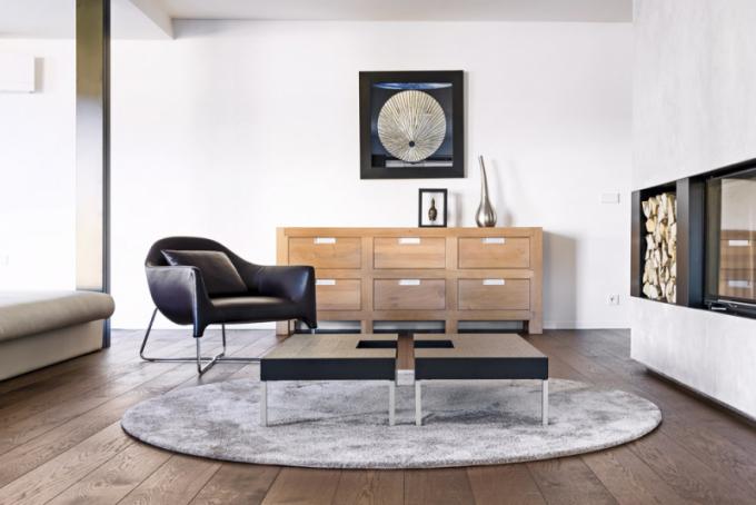 """Pro chvíle klidu adomácí pohody architekt využil """"hluché"""" místo mezi jídelní aobývací zónou, posezení ukrbu je vybavené stylovými nábytkovými solitéry, které si majitelé přáli vnovém bydlení zachovat"""