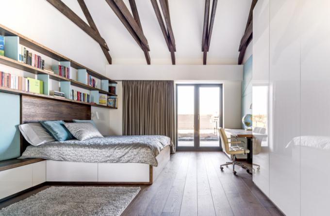 Koncepce ambientního osvětlení je dotažena dodetailu napříč interiérem aje doplněna precizně vybranými závěsy naopticky utajených garnýžích, dodávaných spolu splisé, závěsy vobývacím pokoji idalšími textilními doplňky firmou SATIN DESIGN