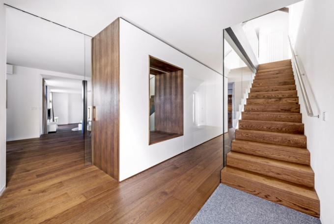 Provázanost interiérových prvků se stavbou po vizuální ikonstrukční stránce si vyžadovala úzkou koordinaci mezi subdodavateli a generálním dodavatelem Prague Star