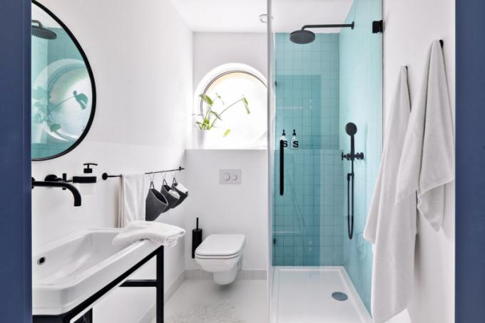 Dětská koupelna smotivem kruhových oken je vybavena sprchovým koutem aWC zázemím