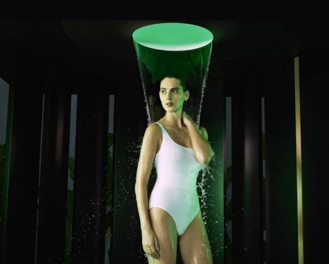 Multismyslový zážitek zvody prostřednictvím stropní sprchy Aquamoon (Dornbracht), design Michael Neumayer, centrálním prvkem je hlavice dostropu, výběr ze tří modifikací Rainmoon, Aquamoon aAquamoon ATT, různé proudy vody