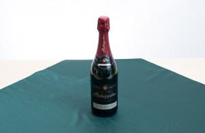 Připravili jsme pro vás tutorial tří jednoduchý furoshiki uvazů, do kterých můžete svým blízkým zabalit lahev sektu Rotkäppchen Riesling Sec. S oddaností k tradici nabízí Rotkäppchen v podobě tohoto šumivého vína vynikající kompozici nejvybranějších suchých a elegantních německých vín ikonické odrůdy Riesling. Tento sekt, vyrobený metodou kvašení vína v lahvi, zraje přes devět měsíců a okouzlí vás sofistikovanou svěžestí, harmonicky vyladěnou kyselostí a jemnými bublinkami s dokonalou persistencí. Kdostání od 239 Kč.