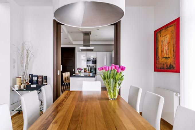 Nakuchyň navazuje jídelní stůl, který je součástí velkého obývacího prostoru