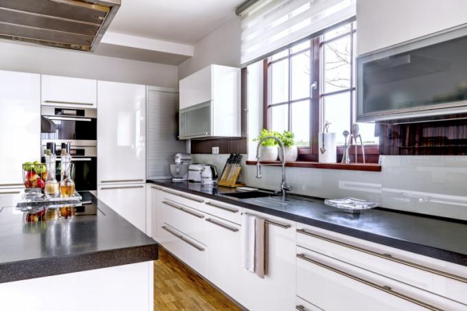 Mezi často používané malé spotřebiče patří robot, topinkovač avarná konvice Kitchen Aid. Trvalé umístění napracovní desce si zaslouží také díky svému elegantnímu retroprovedení