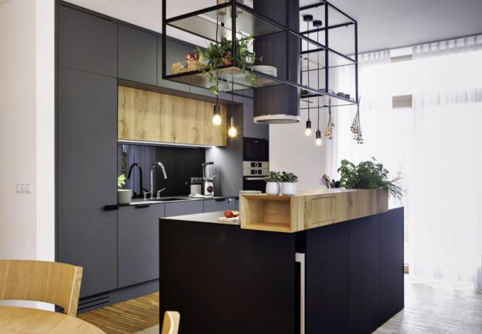 Kuchyň nazakázku (Le Bon), stará dubová dýha sneopakovatelnou kresbou, vzniklá recyklací starých dubových trámů, černé ašedé plochy zkompaktního laminátu, pracovní deska skleněná se saténovým povrchem, cena nadotaz, WWW.LEBON.CZ