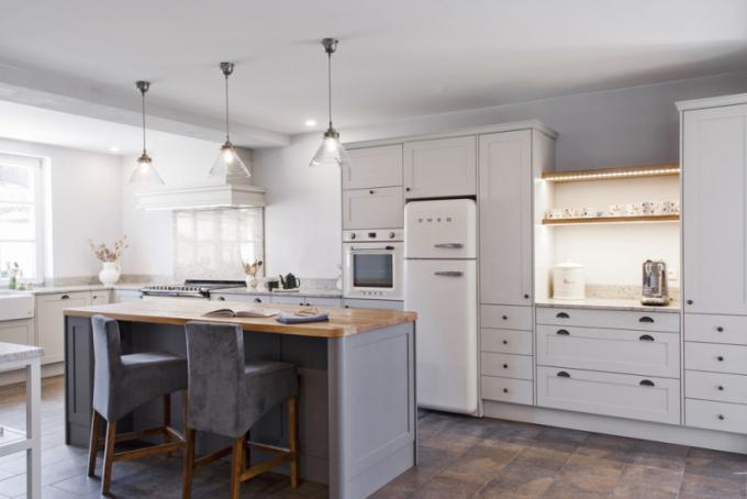 Díky velkému prostoru, dostatku pracovních ploch aúložných míst slouží vkuchyni ostrůvek hlavně kposezení nebo jako jídelní stůl