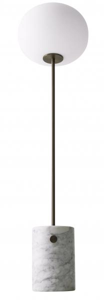 Kolekce lamp JWDA Concrete Lamp od dánské značky Menu byla rozšířena o stojací lampu se shodně statným základem, tentokrát z mramoru namísto betonu. Mosazné tělo sahá do výšky 150 cm a skleněná svítilna má Ø 28 cm. Stylový mosazný knoflík umístěný na základně slouží jako vypínač i stmívač současně. Autorem kolekce je Jonas Wagell. Cena 40 490 Kč, WWW.DESIGNVILLE.CZ