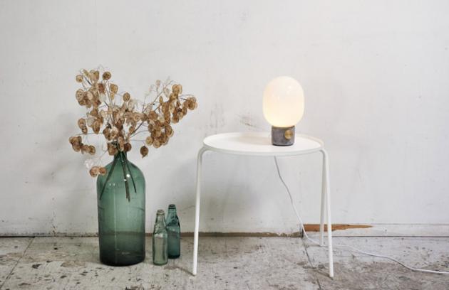 Kolekce lamp JWDA Concrete Lamp oddánské značky Menu byla rozšířena ostojací lampu se shodně statným základem, tentokrát zmramoru namísto betonu.