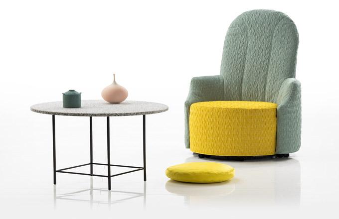 Nekonvenční design v podání německé designérky Kati Meyer-Brühl již málokoho překvapí. Je odvážnou umělkyní jdoucí proti zajetým německým designérským kolejím, a proto žádná její práce nesplývá s davem. Vysoce dekorativní křesílko Amandine (Brühl) je naprostým důkazem. V nabídce v několika barevných provedeních, čalouněné precizním výběrem textilií. Cena od 36 300 Kč, WWW.DEFAKTO.CZ