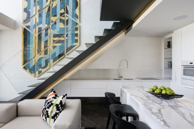 Ostře řezané a geometrické prvky jsou patrné na stěnách a schodech a rozbíjejí tak nejen jednotvárnost prostoru, ale vytvářejí i dramatický efekt.