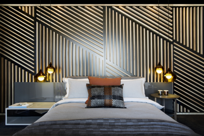 Dřevěné parkety, skryté LED osvětlení a dekorační předměty dodávají mezonetu hřejivé tóny.