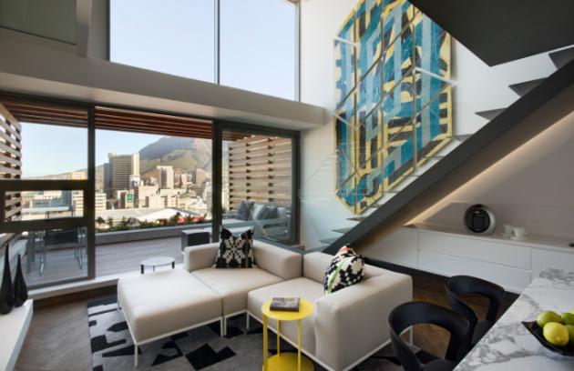 Mezonetový byt, jehož autorem je studio ARRCC, se nachází na předměstí De Waterkant v Kapském Městě, druhém největším městě Jihoafrické republiky.