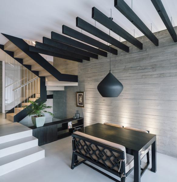 V interiéru dominuje vyvážená paleta barev tvořená neutrálními a teplými tóny.