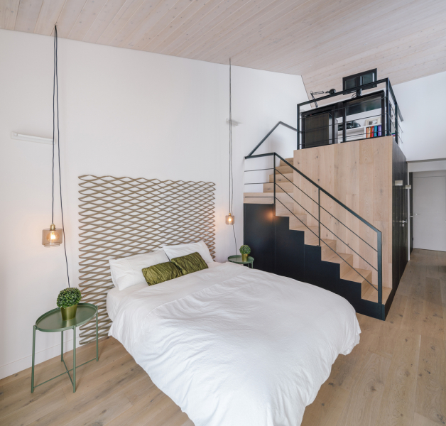 Ložnice vhorním patře jsou koncipovány jako dům vdomě, což opět přispělo k osobitému tvaru střechy domu a jeho výsledné podobě.