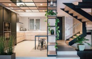 Dům srozlohou 250 m2 se nachází v severozápadní části Madridu mezi Mirasierra a Montecarmelo.
