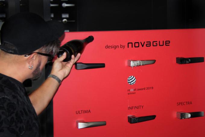 Dveřní kování Cobra Q obsahuje tři odlišné modely - Spectra, Ultima a Infinity ve dvou povrchových variantách, matná černá nebo nikl. Že se jedná o pomyslný vrchol současné nabídky dveřních kování, potvrzují nejprestižnější designová ocenění - RedDot Award, German Design Award, European Design Award a Iconic Awards.