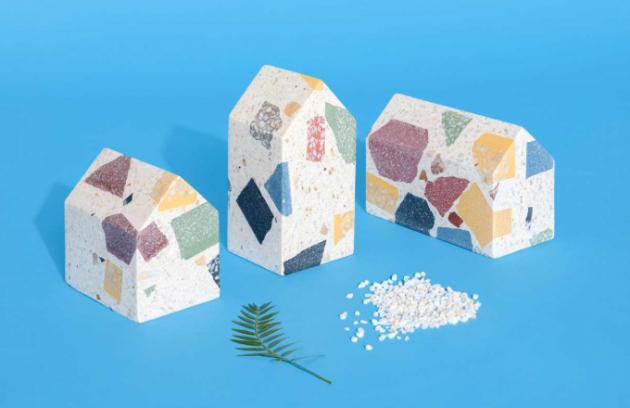 Kolekce Terra značky Huguet zahrnuje řadu objektů vyrobených ze 100% recyklovaného materiálu terrazzo (kompozitkamenných drtí a cementu), tudíž žádný kousek není stejný.