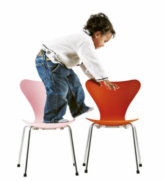 Dětská židle Series 7 (Republic ofFritz Hansen), design Arne Jacobsen, ohýbaná překližka, lakovaná nebo přírodní jasanová dýha achromovaná podnož, 40 × 40 × 60cm, výška sedu 33cm, cena 5437Kč, www.stockist.cz