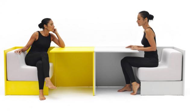 Multifunkční nábytek Hako (Campeggi), design Sakura Adachi, vytažením bočních křesel zboku se objeví stůl aprostor se změní naspolečenskou místnost, kde si můžete odpočinout, povídat si ijíst, cena nadotaz, www.campeggisrl.it