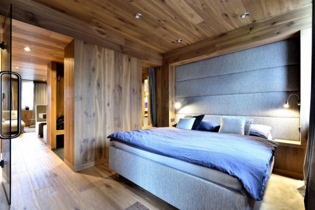 Puristické pojetí interiéru díky originálnímu využití dřeva a dalším promyšleným detailům (televize zabudovaná v zádech čalounění jídelní lavice, zrcadla opticky násobící prostor atd.) vytvořilo dokonale útulné bydlení, lákavé snad pro všechny lidské smysly – úchvatné na pohled, přirozené na dotek, poklidné, vonící.