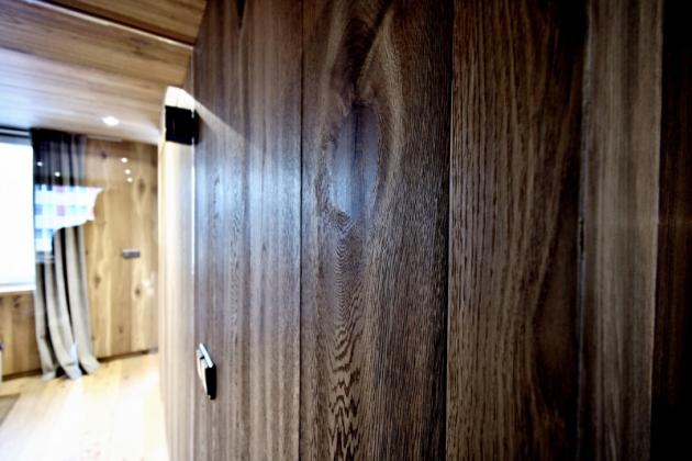 Při rekonstrukci, resp. totální proměně panelákového bytu neplýtval architekt jen materiály, i dveří je tu poskrovnu. Kromě těch vstupních zůstaly jen troje a pouze dveře u toalety vytvářejí soukromí mléčným sklem, ostatní včetně dveří u koupelny či ložnice jsou z čirého skla.