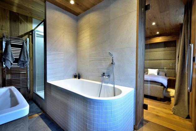 Základem interiéru bytu je minimalistické pojetí materiálů a tvarů, které prostor sjednocují a vytvářejí ho pocitově větší a vzdušnější.