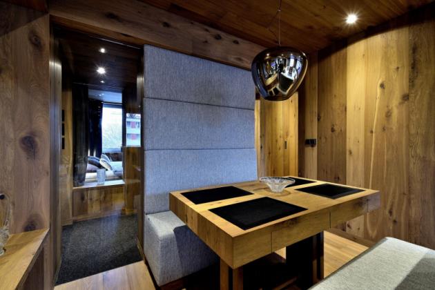 Základem materiálového minimalismu se stalo dřevo, konkrétně dubové podlahové krytiny Kährs, doplněné sklem a textilním čalouněním.