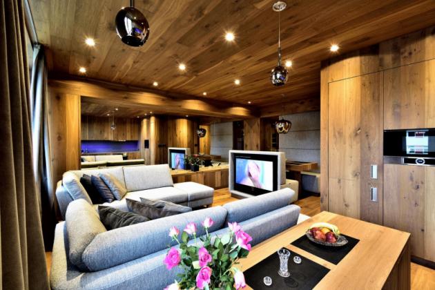 V luxusní horskou chalet hodnou alpských letovisek proměnil architekt Milan Jirouš interiér tuctového panelákového bytu v Krkonoších.