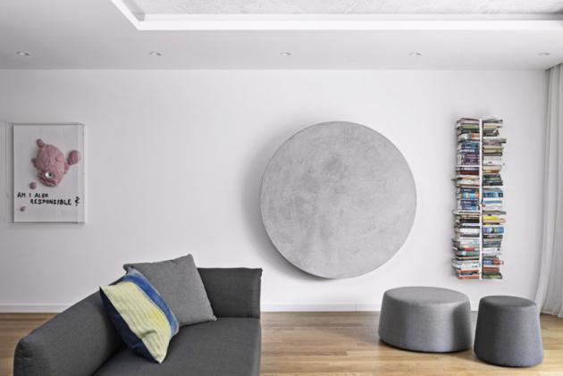 Aby televizor nedehonestoval okolní umělecké solitéry, zavěšené nazdi či instalované doprostoru, rozhodly se architektky zariskovat. Navrhly anechaly namíru vyrobit skříň kruhového tvaru, která vevýsledku působí jako jedno zdalších uměleckých děl