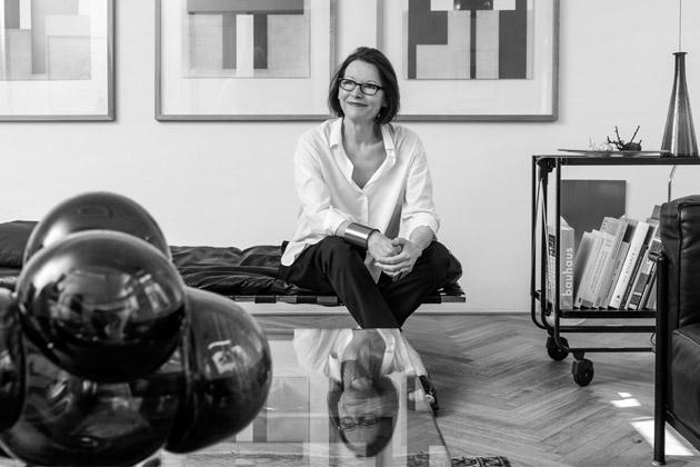 Eva Eisler není jen královnou šperku. Pohybuje se voblasti volného umění, nábytku ainteriérových doplňků, interiérového avýstavního designu ivkurátorské apedagogické činnosti. Stále ji překvapuje vlastní zvědavost. Zajímá ji vše, obzvlášť to, co nikdy nedělala. Je vnímavá optimistka, která objevuje své dimenze, čelí novým výzvám azůstává otevřená.