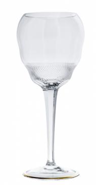Sklenice v sobě ukrývají i drobný detail. Od zlatavé barvy sherry se díky diamantovému brusu ve spodní části sklenky odráží světlo, což působí velmi přitažlivě. Sklenice jsou ručně vyráběné karlovarskými sklářskými mistry z bezolovnatého skla v limitované edici.
