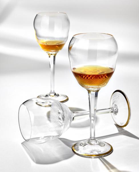 Plnou chuť i vůni sherry si dokonale vychutnáte v nových sklenicích, které vznikly díky spolupráci sklárny Moser a věhlasného michelinského šéfkuchaře žijícího v Londýně José Pizarra. Jejich tvar byl inspirován semknutými dlaněmi Josého, milujícího sherry a krásu skla. Svým tvarem nechávají sherry nadechnout a přispívají k plnému rozvinutí chuti a vůně nápoje. Ocenila a doporučila je i odborná komise pro sherry Consejo Regulador de Jerez. Autorem jejich návrhu je art director Moser Petr Larva.