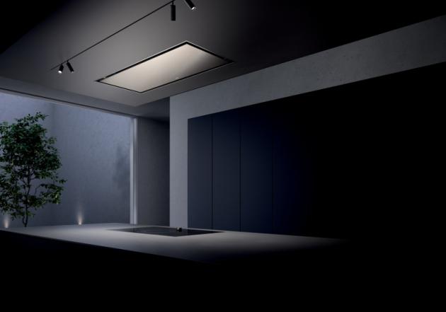 Stropní integrovaný odsavač Gaggenau serie 200. Působivý 120cm integrovaný odsavač ve světle bronzové barvě je pozoruhodně diskrétní a nenarušuje jednotný vzhled kuchyňského prostoru.