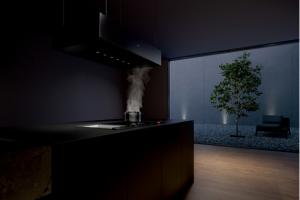 Závěsný odsavač s nastavitelnou výškou. Černý hliníkový závěsný odsavač Gaggenau je možné pomocí motorizovaného systému výškově nastavit. Zároveň nabízí příjemné LED osvětlení pracovní desky.