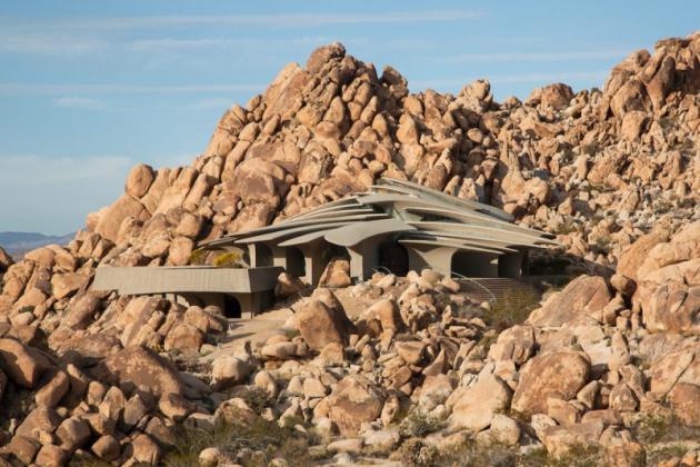 Stavba se nachází v národním parku Joshua Tree  v Mohavské a Coloradské poušti 150 km od hranic s Mexikem a je příkladem organické architektury vycházející z organických tvarů a struktur. Díky použití vhodných materiálů dokonale splývá s okolním prostředím.