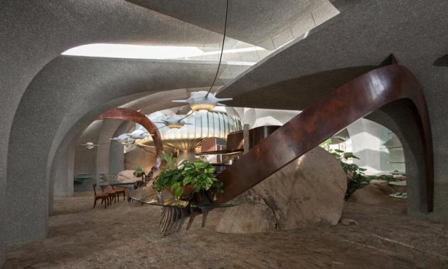 """26 litých betonových """"obratlů"""" se zvedá jako sloupy a vytváření zastřešení domu. Neexistují okna v tradičním pojetí, světlo propouští mezery mezi konstrukcí."""