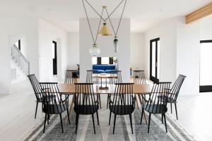 Mladý pár se obrátil na architekta Michaela Yarinskyho, aby navrhl prostor, který by nejen vzdal hold historii budovy, ale také reprezentoval jejich osobnosti.