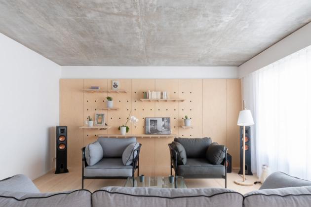Designéři se snažili o uplatnění jednoduchých materiálů, jako je březová překližka, bílá pryskyřice a beton.