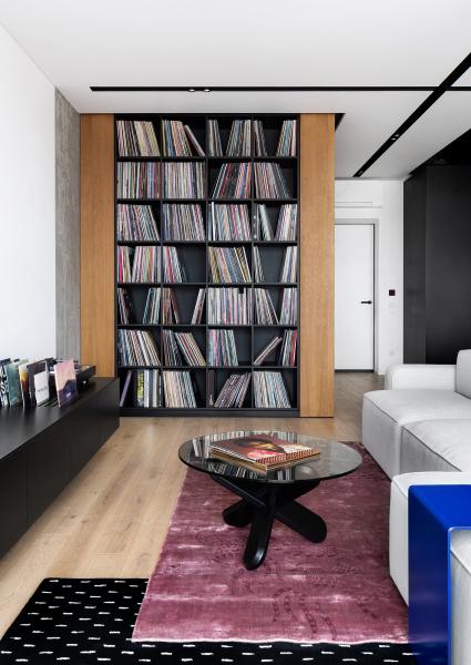 Obývací pokoj působí velmi útulně a je uzpůsobený pro pohodlný poslech hudby a sledování filmů.
