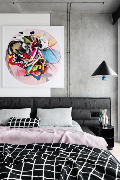 Schodiště tvoří ocelové plechy válcované za tepla. Stěnu v hale zdobí dílo alekseie koníkova, v ložnici pak abstraktní obraz stepana riabchenka.