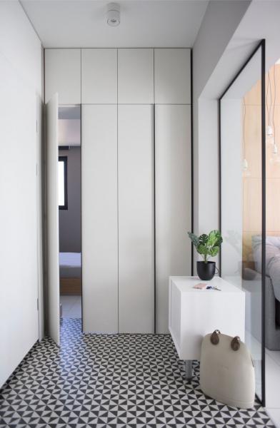 Byt srozlohou 48 m2 se nachází vBulharsku, v centru Sofie. Svým moderním, avšak jednoduchým vzhledem představuje elegantní přístup k městskému bydlení. Sohledem na omezený prostor se architekti rozhodli pro minimum doplňků a vybavení, důraz kladli zejména na funkční řešení.
