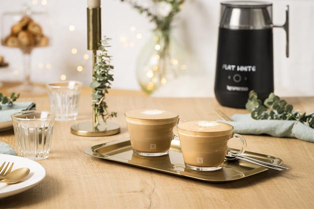 Přichází sezóna, kterou slavíme se svými nejbližšími a zažíváme přitom vzácné chvilky spolu.Letos si Nespresso pro svou tradiční a ikonickou sváteční kolekci vybrala téma severských momentů. Tato kolekce ztělesňuje kulturní trendy Hygge a Fika, které se inspirovaly skandinávským životním stylem, a pro zákazníky společnosti Nespresso jsou výzvou se na chvilku zastavit ve svátečním shonu a užít si společné chvíle s rodinou a přáteli.