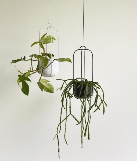Sada dvou závěsných květináčů (Hübsch), kov, Ø květináče 16 cm, výška 44 cm, prodává např. www.nordicdecoration.cz