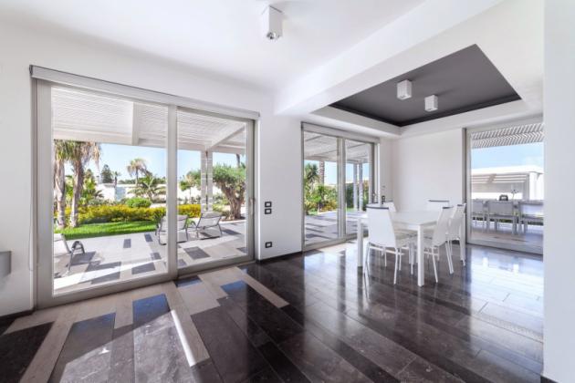 Projekt vily reflektuje souvislosti a kontrasty mezi interiérem a exteriérem, mezi světlem a stíny.