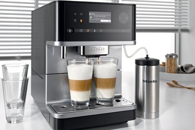 Ať se rozhodnete pro vestavný nebo volně stojící kávovar Miele, dokonalý požitek zkávy sjedinečnými chuťovými tóny je zaručený. Kávovary zdokonalují přípravu různých kávových specialit díky perfektně vyladěnému systému. Můžete to vidět, cítit, slyšet anejvíce to samozřejmě poznáte na chuti.