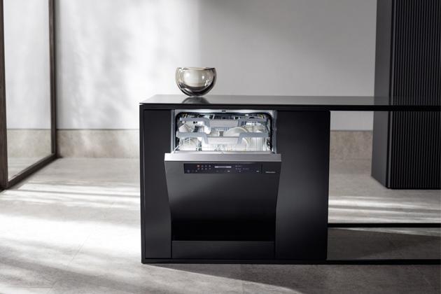 Nové myčky nádobí G7000 fungují téměř samostatně, protože se automaticky spouštějí a dávkují mycí prostředek, pokud si to zákazník přeje. Jedná se o spotřebiče s automatickým dávkovacím systémem pro zhruba 20 mycích cyklů. Tímto způsobem se flexibilně přizpůsobují každodennímu životu, protože pravidelné spouštění je programovatelné, ale myčku nádobí lze také spouštět kdykoli pomocí chytrého telefonu. Pro milovníky kávy je nyní k dispozici první vestavný kávovar, který pojme tři druhy kávových zrn současně a u nějž odpadá nepříjemné čištění a odstraňování vodního kamene.